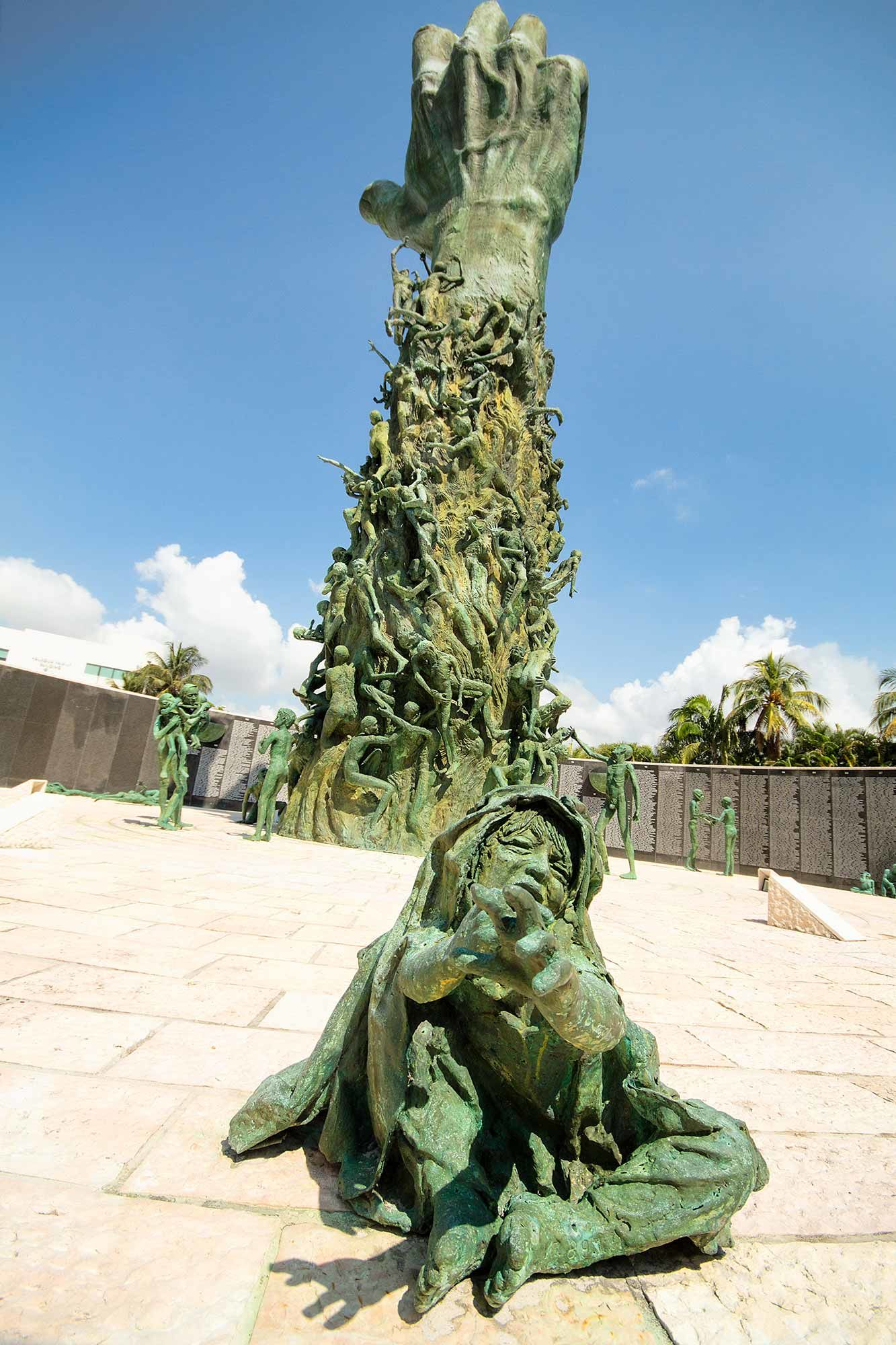 Как выглядят мемориалы жертвам Холокоста в мире (фото 17)